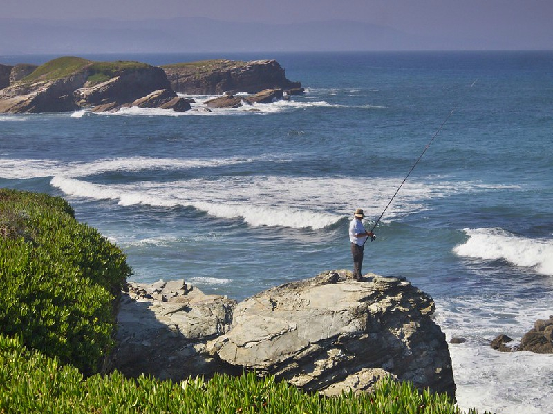 pesca en la playa de las catedrales playa